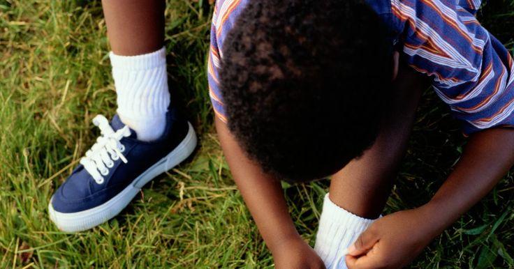 Como esconder o nó do cadarço. Você pode amarrar os cadarços dos sapatos em diversos estilos; todos eles criam visuais distintos. Os tênis amarrados com nós de cadarços escondidos apresentam um conjunto de laçadas horizontais. Elas terminam com as duas pontas na parte de dentro das duas fileiras superiores, do mesmo lado do calçado. Amarre as pontas juntas na parte interna, de ...