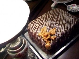 La baza acestei retete de tort sta blatul prajiturii Kinder Pingui, cred ca cel mai bun blat posibil, iar rezultatul retetei chiar a fost unul dintre cele mai fine torturi pe care le-am facut vreodata, cu un gust bogat si perfect echilibrat intre ciocolata, ciocolata alba si nota de prospetime adusa de visine. Ei, si […]