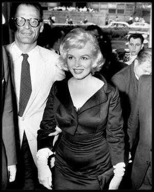 """13 Mai 1959 / MILLER accompagna Marilyn qui reçut le prix """"David Di DONATELLO"""" pour """"La meilleure interprète  étrangère en 1958"""" dans """"The Prince and the showgirl"""" ; ce prix lui fut décerné par l'Institut Culturel Italien de New York (686 Park Avenue). Quatre cents personnes assistèrent à la cérémonie où le prix lui fut remis par le directeur de  l'Institut, Filippo DONINI accompagné de l'actrice Anna MAGNANI qui offrit des fleurs à Marilyn."""