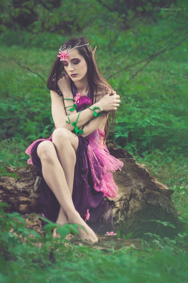 Beata – Kraina elfów | Agnieszka Juroszek Photography | fairy, elf, model, girl, flowers, magic, colors, pink,  make up, spring, portrait, forest