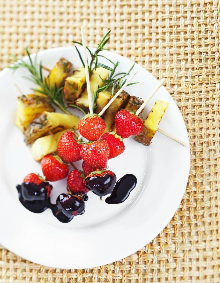 Dippiherkku  Grillatut ekstramakeat ananaslohkot & tuoreet mansikat & lämmin suklaakastike