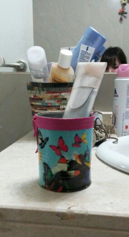 DYI lata de tomates convertida en un práctico recipiente porta brochas para maquillaje. Lo realice con una página de revista y lo termine con un lazo fuxia. Si les gusto, compartan!
