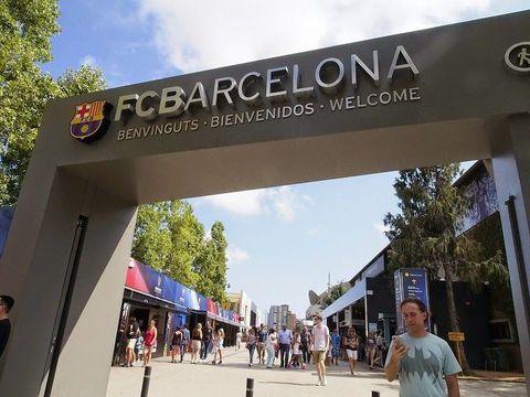 スペインのサッカー・リーグ「リーガ・エスパニョーラ」で、「レアル・マドリード」とともに双璧をなす「FCバルセロナ(バルサ)」。「バルサ」の試合は観られないけれど、スペインに行くからには「カンプ・ノウ」を間近で見たい、という人におススメなのが「カンプ・ノウ・エクスペリエンス」。バルサの全てを知ることが出来る、すごい見学ツアーにぜひ参加してみましょう!