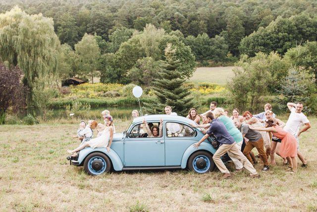 Photo idea VW Käfer Hochzeit - VW Beetle wedding - Wunderschöne Boho Hochzeit für geringes Budget von Jane Weber | Hochzeitsblog - The Little Wedding Corner