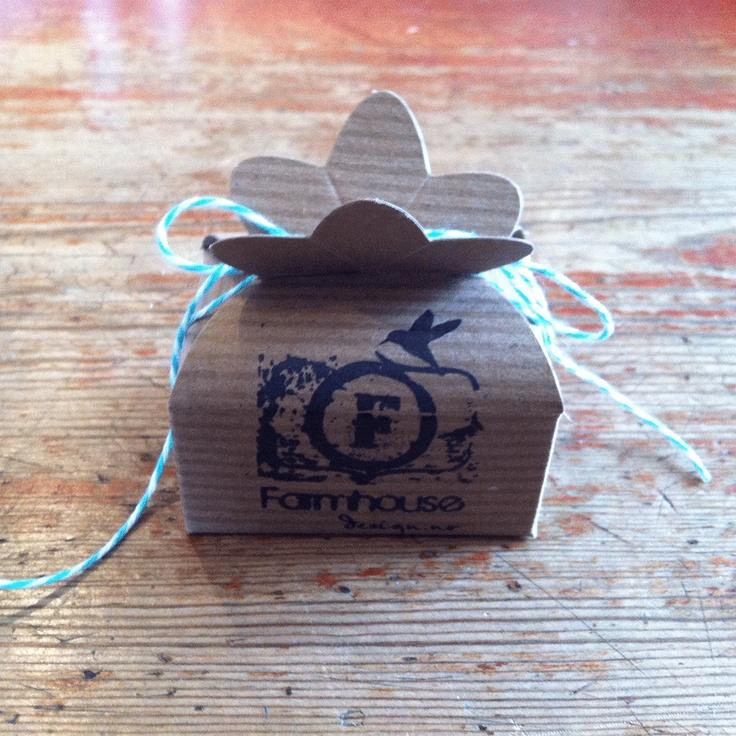 Gift box with farmhousedesign.no logo.