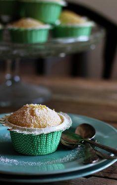 Lækre, svampede citronmuffins med marcipan. Perfekt sommerkage.