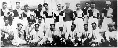 Los mismos de siempre: Los futbolistas de Recreativo de Huelva (primer club español; fundado en 1889) y de Titán FC posan juntos antes de uno de los tantísimos partidos que disputaron. La foto pertenece a la época en cuando, todavía por falta de rivales, estos conjuntos estaban condenados a enfrentarse casi todos los domingos
