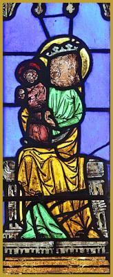 Photo panoramique du vitrail de la Vierge Marie qui tient l'Enfant Jésus, sur la verrière du XIIIe siècle, dans le choeur de la collégiale Saint-Florent de Niederhaslach. Histoire de la Vierge à l'Enfant.