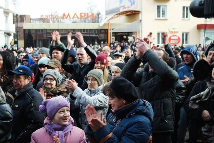 смотрите, как это было у нас  12 марта«Марш рассерженных белорусов» добрался до второго по величине города нашей области – Орши. Около 13 часов дня поддержать протест вышли около тысячи человек, колонна прошла от площади Ленина до здания местного райисполкома.