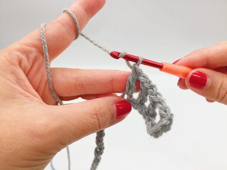 Heute habe ich eine ganz einfache Häkelanleitung für einen tollen Schal für Euch. Was man können muss, sind eigentlich nur Luftmaschen, feste Maschen und ganze Stäbchen. Ich zeige Euch in diesem Blog Beitrag, in einer Schritt für... #einfachehäkelanleitung #häkelanleitung #häkelanleitungschal