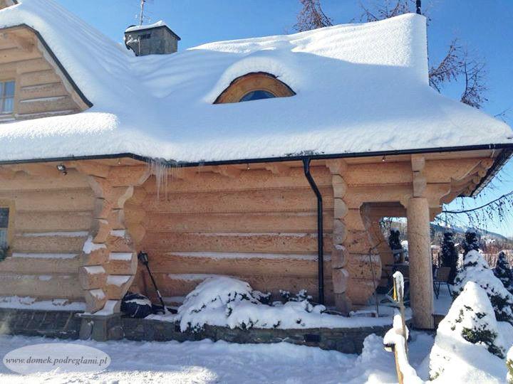 Zima w górach - przysypany domek góralski
