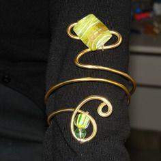 bracelet de bras et ses perles vertes