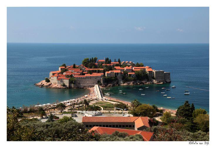 Sveti Stefan, Montenegro. Dit is het beroemde hotel eiland Sveti Stefan waar veel (film) sterren vanuit de hele wereld wel een gelogeerd hebben.