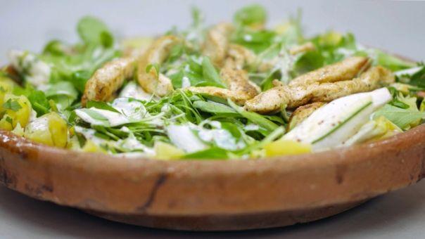 Eén - Dagelijkse kost - witloofsalade met gebakken kip en yoghurtvinaigrette