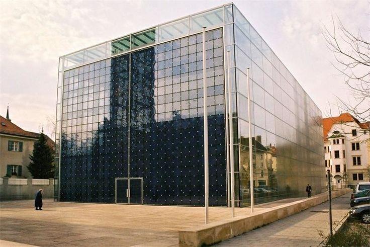 Церковь священного сердца, Мюнхен, Германия Эта церковь скорее напоминает кубический магазин Apple в Нью-Йорке, а не место богослужения. Внутри находится деревянная церковь, которая пострадала в результате пожара в конце 90-х.
