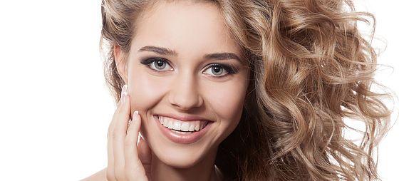 Kepçe Kulak Nasıl Oluşur?   Kulak kıvrımlarının belirgin olmaması, normalden büyük kulak kıkırdakların kulağı öne itmesi gibi nedenler kulak ile saçlı deri arasındaki açının artmasına neden olur. Bu durum kepçe kulak (promeinent ear) deformitesi olarak adlandırılır.