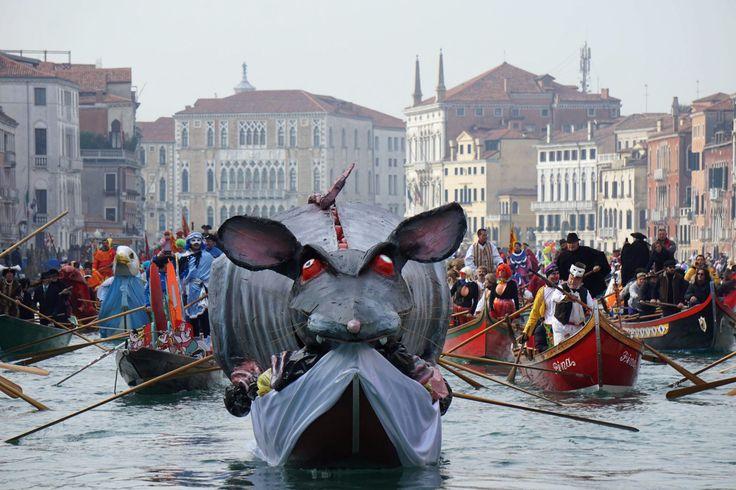 Rozpoczął się karnawał w Wenecji. W tym roku potrwa do 9 lutego. Impreza dedykowana jest sztuce i tradycjom Wenecji. (fot. PAP/EPA/ANDREA MEROLA)
