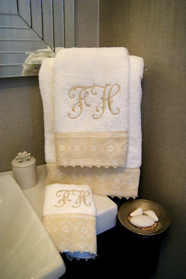 Toallas de ba o bordadas con tu monograma accesorios for Colgador de toalla para bano