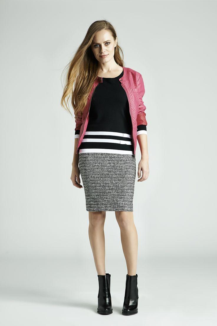 Róż, czerń, biel i szarość to bardzo kobiece i eleganckie połączenie. Wypróbuj je koniecznie! #QSQ #fashion #inspirations #outfit #ootd #look #fall #autumn #grey #black #pink #fuchsia #casual #work #elegance #formal #formalwear #skirt #minimal #feminine #jacket