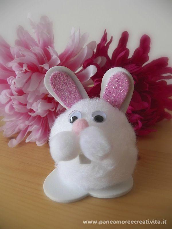 Pom-pom bunny! http://blog.funlab.it/2012/03/lavoretti-per-pasqua-il-coniglietto-batuffolo/