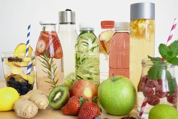 DETOXWASSER Die Devise: TRINKEN, TRINKEN, TRINKEN Ein Erwachsener benötigt im Schnitt um die 2,5 Liter Wasser am Tag. In etwa ein Liter wird dabei über Lebensmittel aufgenommen, die restlichen 1,5 Liter müssen getrunken werden. Bei Sport, Hitze oder Krankheit erhöht sich das Bedürfnis nach Wasser. Für den Transport von Nährstoffen, Enzymen und Vitaminen wird auch Wasser benötigt. Zudem wird der Körper durch viel Trinken gereinigt.