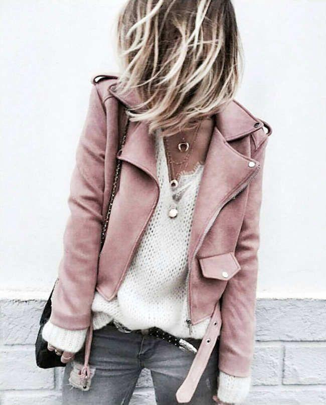 Look avec une veste biker rose clair en similicuir >> http://www.taaora.fr/blog/post/veste-blouson-motard-rose-clair-zara-ou-trouver