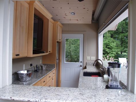 POOL HOUSE IDEA 4-Außenküche mit Fenstern, die sich bei Regen öffnen und schließen lassen. Mit Halbbad und Schwimmbecken im hinteren Bereich