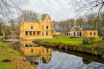 Een kort rondje bij Leek en Midwolde (ca. 6km) http://wandelenrondroden.nl/middellange-routes-6-10km/wandelroutes/6-10km/een-kort-rondje-bij-leek-en-midwolde-ca-6km  Dit kleine rondje begint in het centrum van Leek bij de oprijlaan naar landgoed Nienoord, gaat  langs het kenmerkende landgoed en dan verder naar de beroemde kerk van Midwolde. Daarna vervolgt de route langs het water van het Leekster Hoofddiep terug naar het centrum van Leek.
