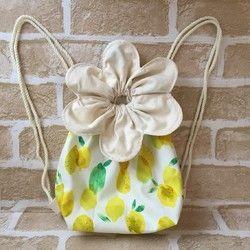 体操着袋にも使える、キッズ〜大人用の花びらモチーフのリュックです。ナップザックの軽さ便利さはそのままに、おしゃれなデザインを追求しました。●size/約35×35cm(花びらを除く袋部分) 底 8×26cm 紐2m×2本使用●生地/ヒッコリーネイビーストライプ(表)、生成り(内布)●フック用のループ付き♪・金具を使っていないので、お子様も安心してお使いいただけます。・生なりの内布を使用した、二重の作りです。・大人の方にもお使い頂ける大きさのリュックです。ランドセルの上から背負う体操着袋としても使えます。・ハンドメイドならではのオリジナルデザインです。おそろいにもぜひ♪☆柄違いや小さいサイズ、同じ花びらモチーフの巾着(コップ袋・給食袋・お弁袋)もございます。ギャラリーをご覧ください♪☆ギフトラッピング無料で承ります☆お気軽にお申し付けください。ナップサック/キッズ/子供/おでかけ/おそろい/女の子/男の子/体操着袋