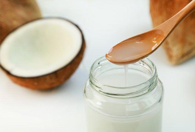 Os benefícios do óleo de coco vão muito além da dieta. Ele deixa o cabelo, a pele e a boca mais bonitos. Veja como usar!