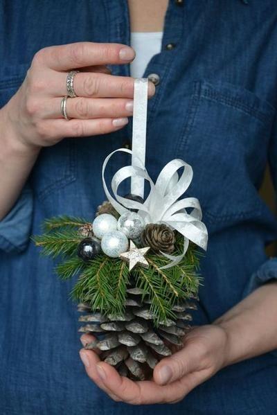 Dennenappel gedecoreerd met kerst materialen ... mooi om op te hangen , of in een glazen stolp /schaal eenvoudig gemaakt !