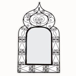Dieser Spiegel aus lackiertem Schmiedeeisen ist kunstvoll von Hand gefertigt. Durch die geschwungenen Ornamente wirkt das Schmiedeeisen leicht und elegant, ist aber stabil. Zaubern Sie eine romantische Dekoration mit diesem Kunstwerk und holen Sie sich den Zauber des Orients in Ihre vier Wände.