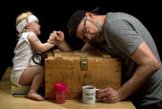 vader maakt grappige foto's met z'n kind