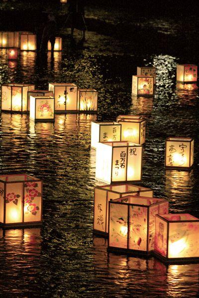 一度は訪れたい。毎年初夏に行われる金沢の水供養 加賀友禅灯ろう流し。幻想的な美しい風景に心を奪われます。