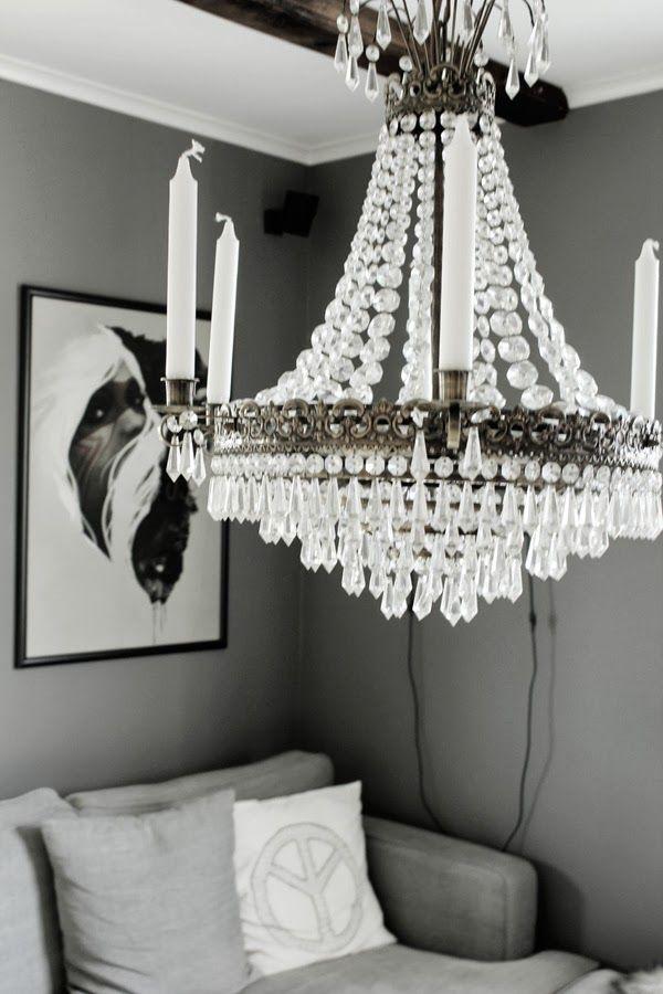 vardagsrum, society 6, kristallkrona, taklampa, interiör, interior, tavla vardagsrum, grå vägg, lunar grey, westham soffa, grå tygsoffa, stor soffa, kuddar, peacetecken, vitt och grått