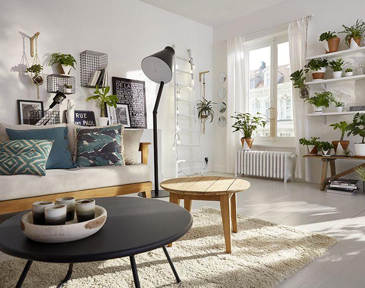 Un intérieur rempli de fraicheur où le papier peint brick vieilli écru modernise l'esprit scandinave et auquel s'ajoute les tons lumineux du coussin curry jaune et de l'affiche rock&soul.