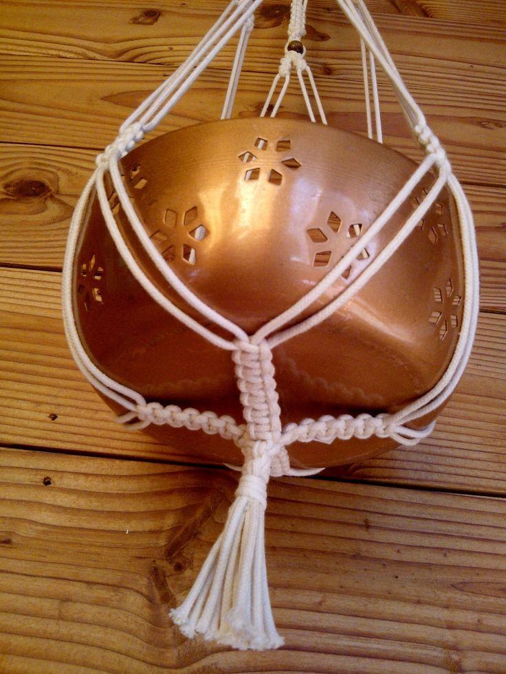 Suspension porte-plante en macramé en coton écru et perle en bois