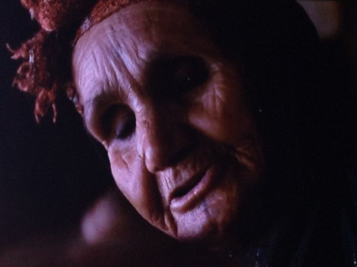 Oude dame met gezichts tatoo