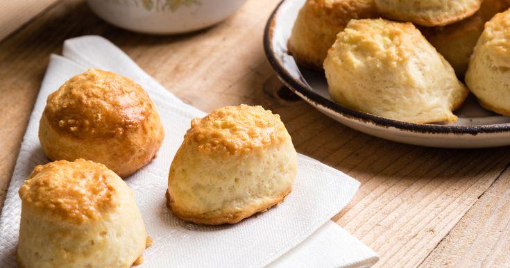 A kétsajtos, tejfölös pogácsa nagyon praktikus időhiányban: a tésztáját gyorsan összeállítod, és nem kell várni arra, hogy megkeljen.