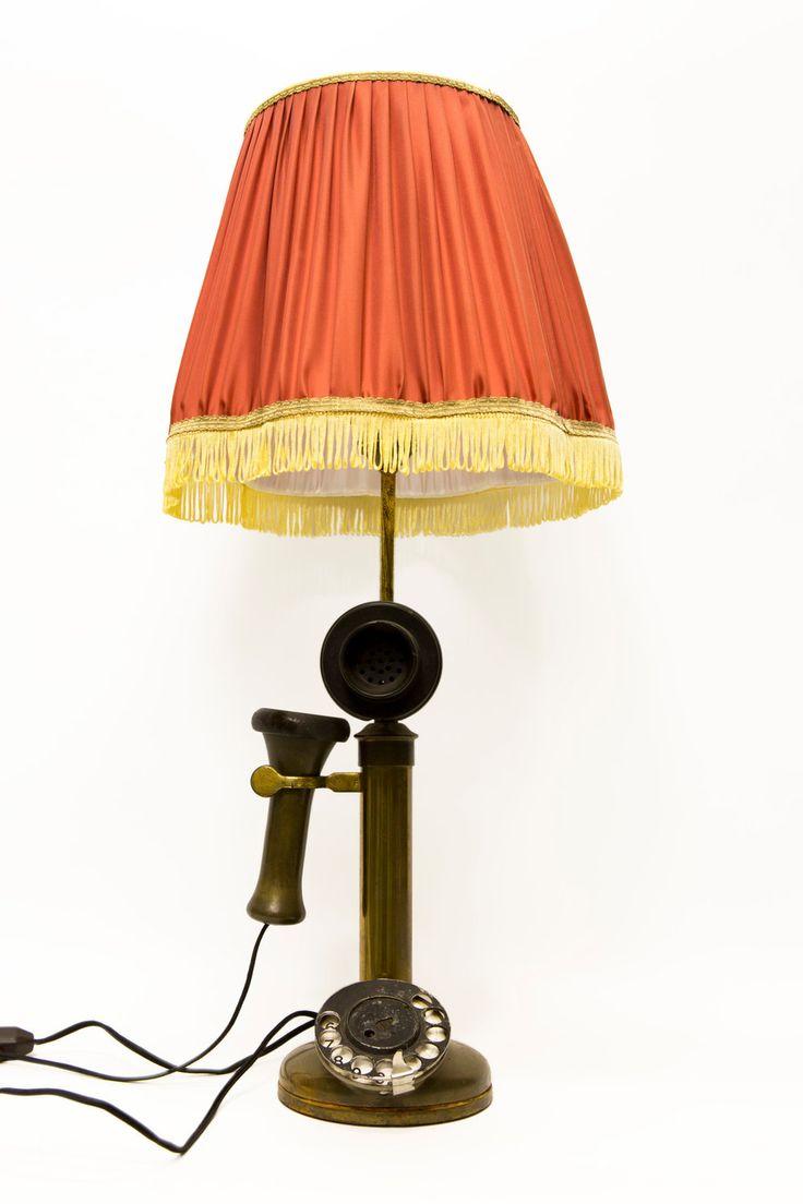 € 150.00 - Antieke tafellamp in de vorm van een ouderwetse telefoon. Stoffen rode kap op koper armatuur. De telefoon heeft een echte draaischijf, hoe gek is dat!
