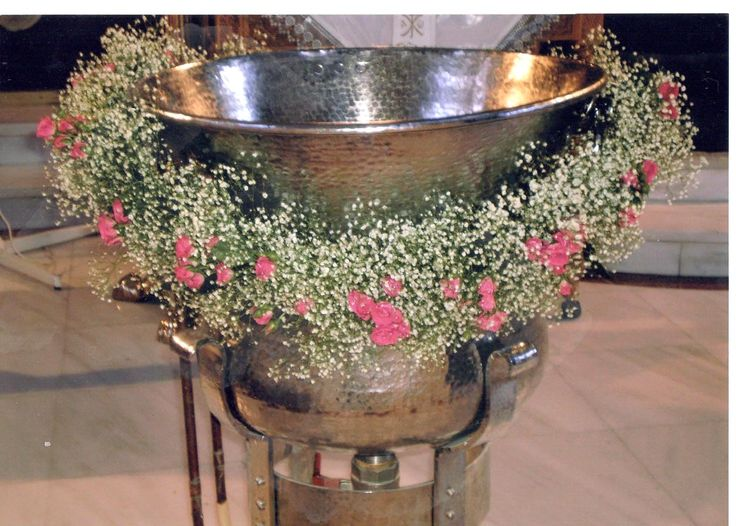 #babiesbreath#minion#roses garlant for the baptismal font