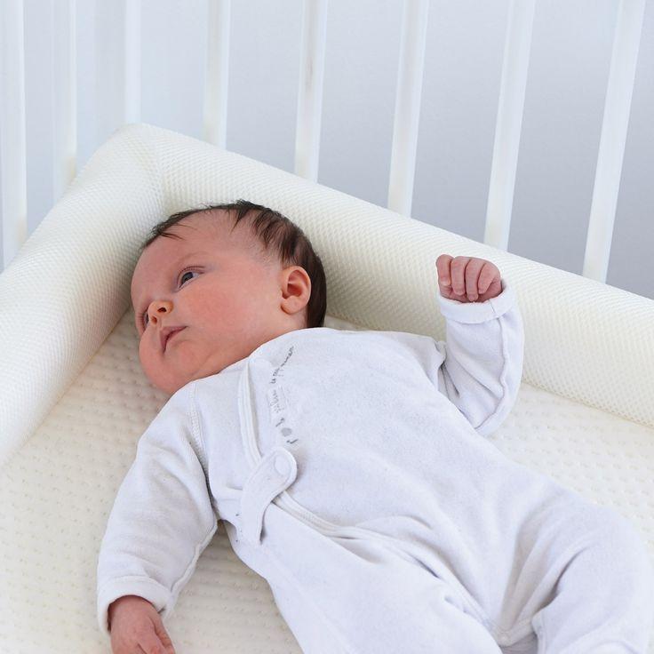 Le matelas Sleep Safe Croissance déhoussable blanc et crème de la marque Candide s'adapte parfaitement à la morphologie de bébé. Grâce à ses rebords en mousse, il protègera bébé des barreaux du lit et le rassurera durant son sommeil.
