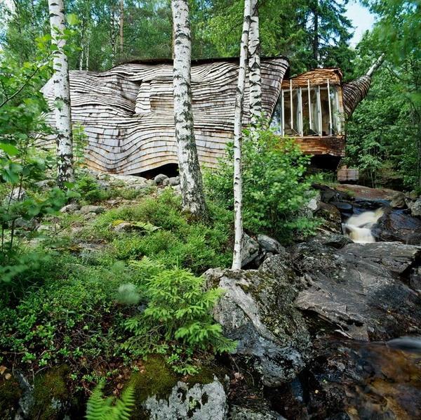 Dragspelhuset sur le rivage du lac O Vre en Suède à Glaskogen