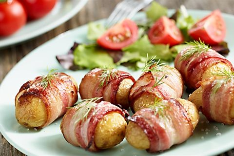 Doskonały przepis na młode ziemniaki z grilla zawinięte w plasterki boczku! Wypróbuj koniecznie nasz przepis!
