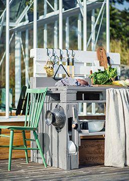 UDEKØKKEN Praktisk og fint udekøkken lavet af paller. Se hvordan du selv kan lave dit eget udekøkken her: http://www.pinotex.dk/inspiration-farver/den-alsidige-palle/skab-et-spaenende-udemiljo/