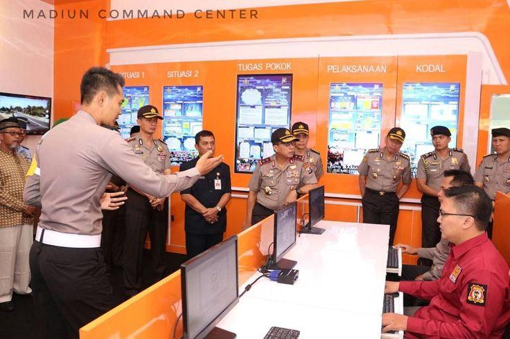 Kapolda Jawa Timur Irjen Pol Drs. Machfud Arifin S.H. memantau langsung jalannya Madiun Command Center yaitu Pusat Komando Polres Madiun yang berbasis Teknologi Informasi dengan Layanan Aplikasi Online MPB (Madiun Problem Button) yang diintegrasikan Dengan Aplikasi BIS (Bhabinkamtibmas Information System)