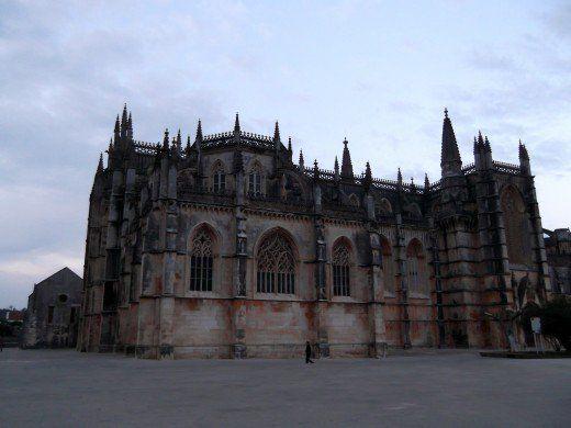 Klášter Batalha byl postaven v 14. století na památku Portugalska vítězství nad Castilians v bitvě u Aljubarrota.  To je nyní UNESCO.