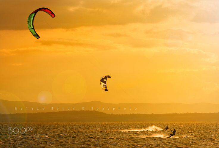 Kite surfers et sunset - Kite surfers et sunset at Neusidler see Östereich.