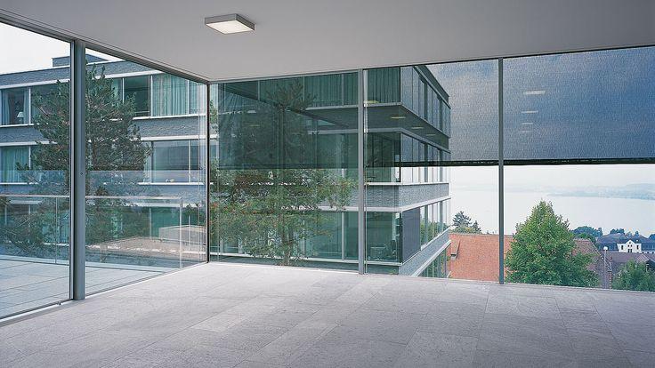Rahmenlose, boden- und deckenbündige Fenster mit integrierter Beschattung. #fenster #windows #architektur #architecture