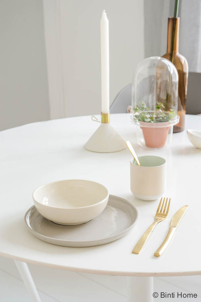 com ronde witte tafel staat los van muur vaas lage lampenpit 9 2 esmee ...